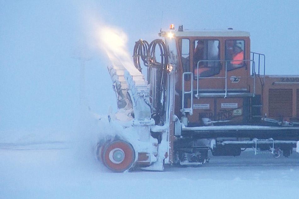 Einsatzkräfte kämpften sich mittels Fräse durch meterhohe Schneemassen. Auch umgestürzte Bäume mussten von den Schienen geräumt werden.