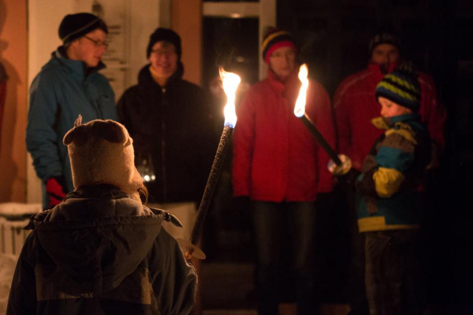 """Teilnehmer der Aktion """"Licht aus!"""" stehen vor Beginn eines Fackelumzuges in St. Blasien im Hochschwarzwald. (Archivbild)"""