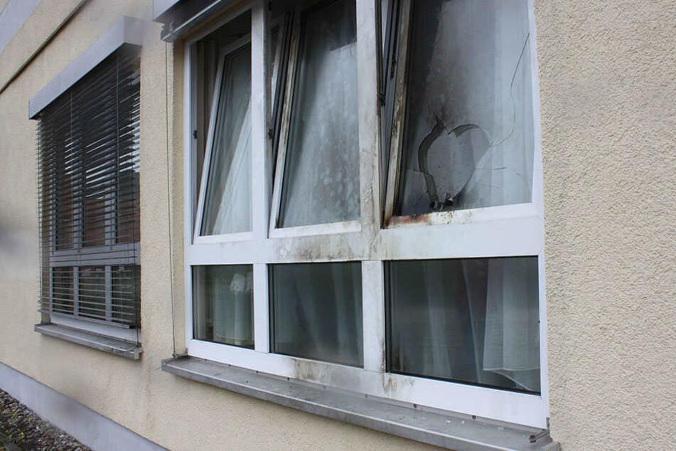 Das beschädigte Fenster nach dem Brandanschlag am 01.10.2016.