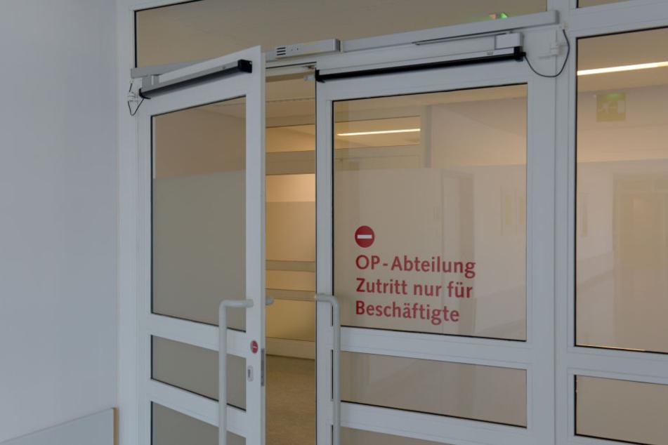 Eine OP-Tür steht offen: Wie der Alte die Patienten genau angesteckt hat, ist noch nicht klar. (Archivbild)