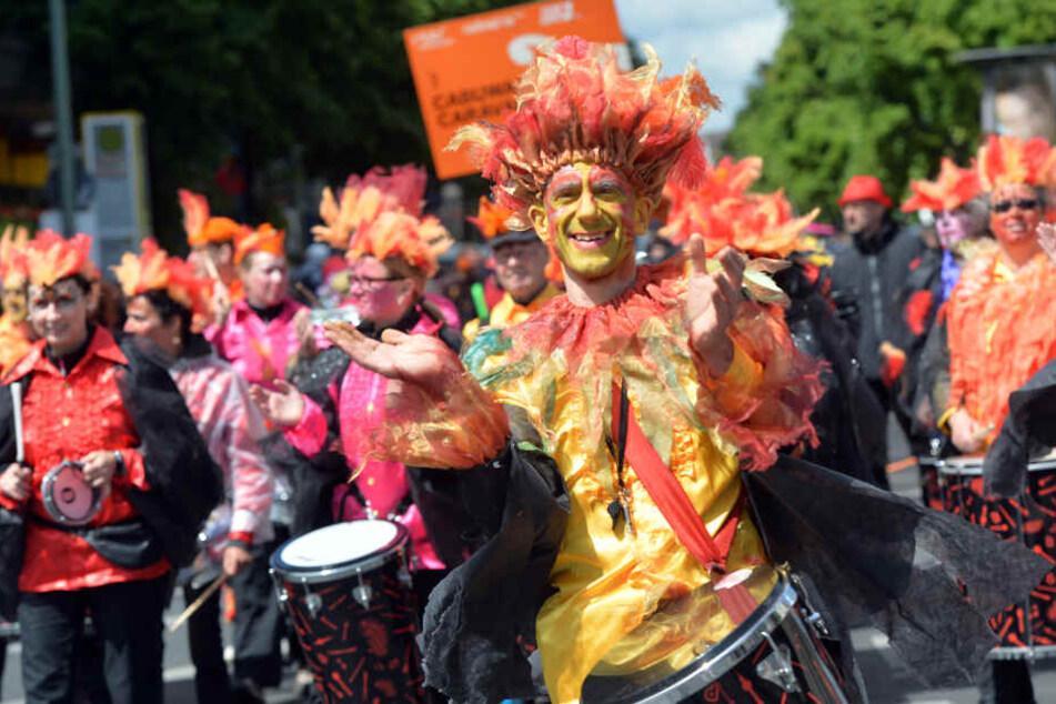 Der Karneval der Kulturen lockt jährlich Millionen bunte Menschen aus aller Welt nach Berlin.