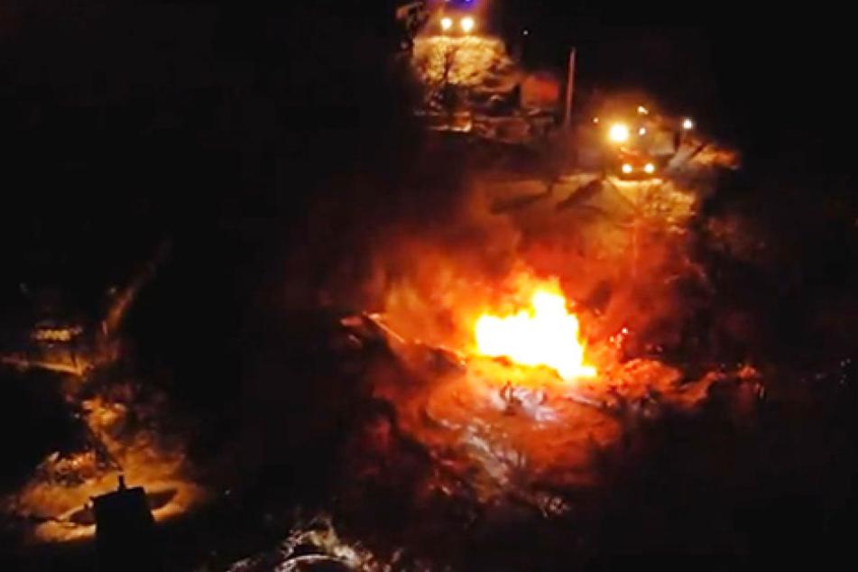 Vier Menschen gestorben: Hubschrauber kracht in Stromleitung und stürzt ab