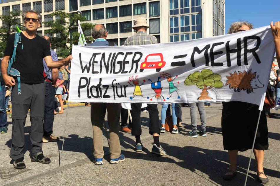 Die #aussteigen-Aktivisten kritisieren die Automobilindustrie und fordern eine Verkehrswende.