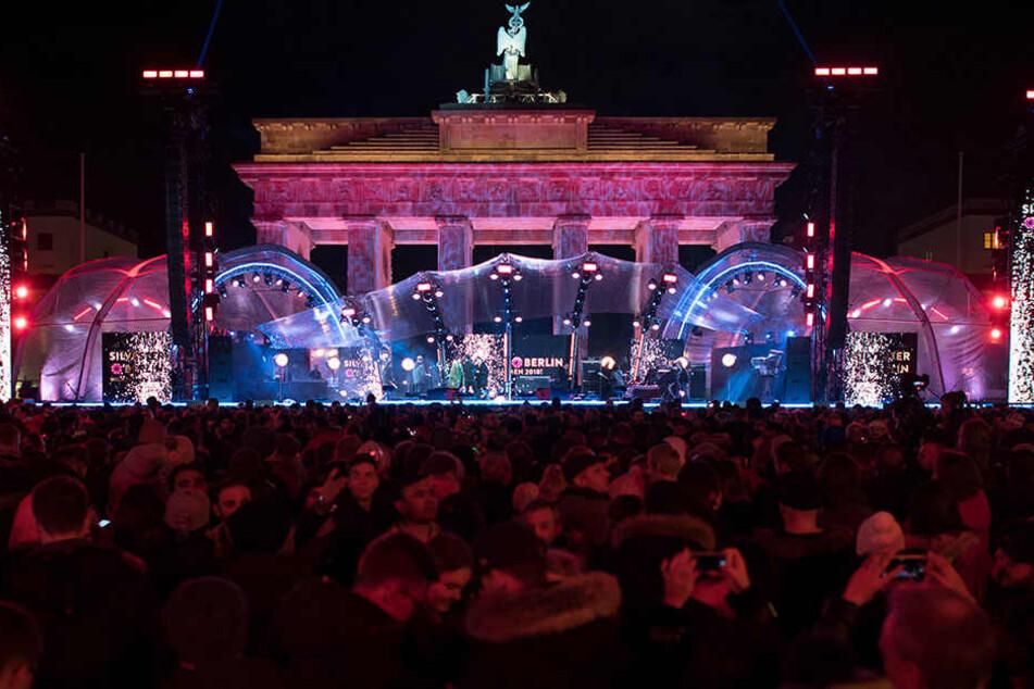 Die Silvesterfeier am Brandenburger Tor verlief nach Polizeiangaben weitestgehend friedlich.