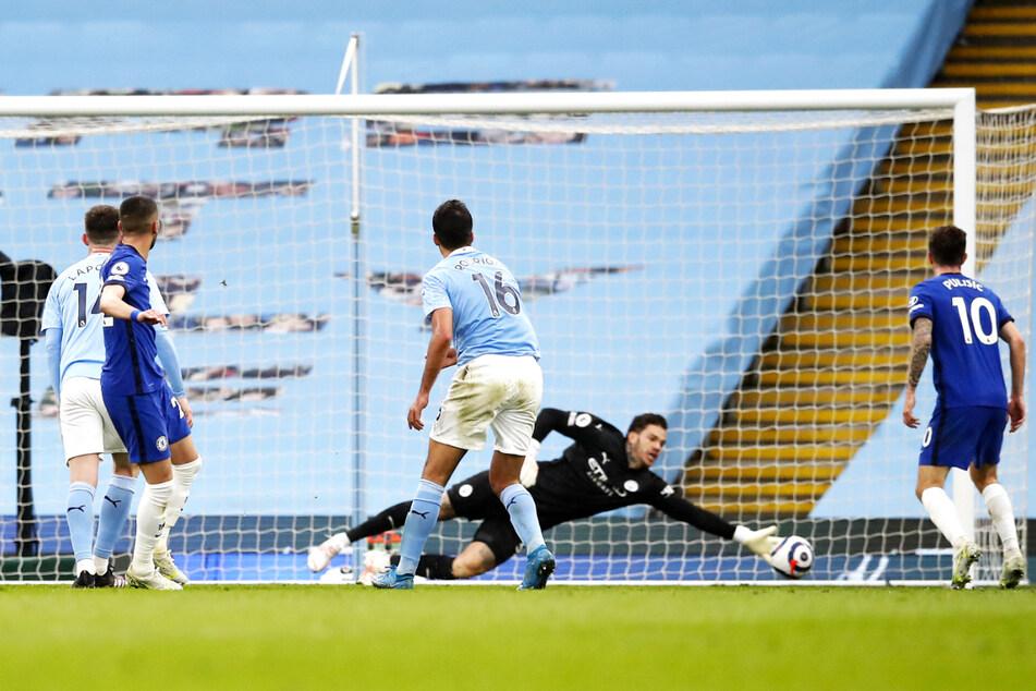 Hakim Ziyech (2.v.l.) erzielt in dieser Szene den 1:1-Ausgleich für den FC Chelsea.