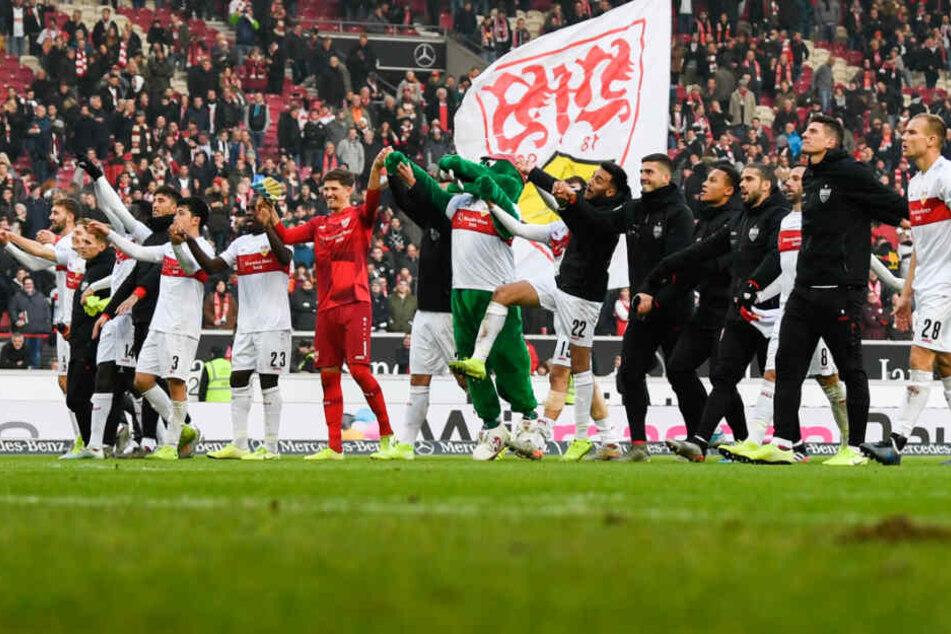 Pure Erleichterung: Die Spieler des VfB Stuttgart jubeln mit den Fans nach dem Sieg.