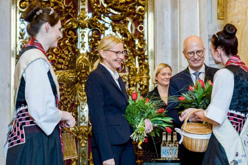 Der Bürgermeister und seine Ehefrau Eva-Maria (Zweite von links) nahmen Geschenke von Bürgern entgegen.