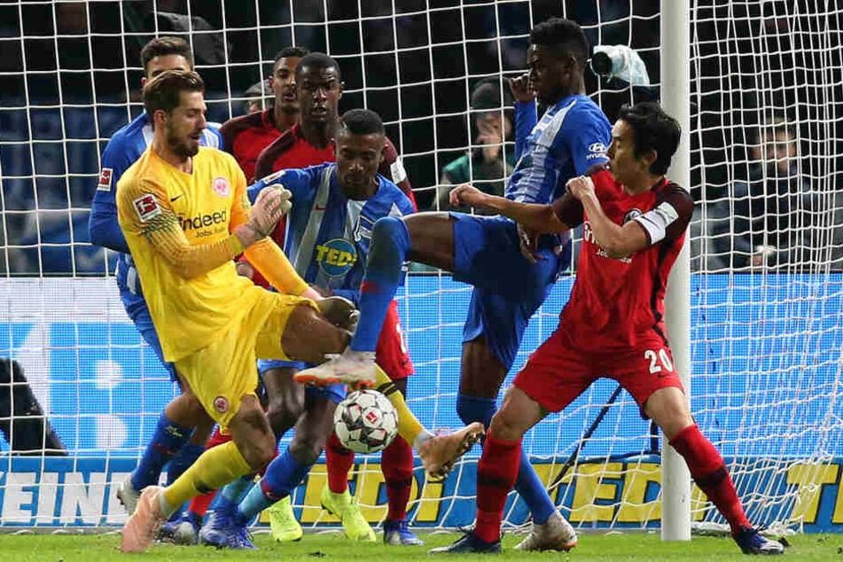 Nach einem Eckball zeigte Eintracht-Keeper Kevin Trapp (Li.) eine seltene Unkonzentriertheit.