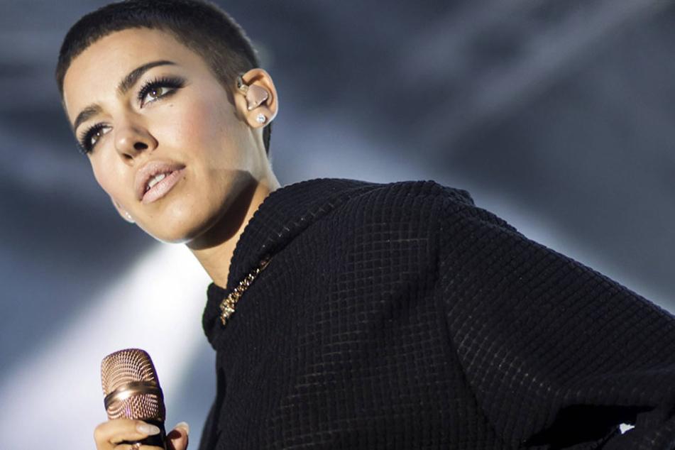 Popsängerin Frida Gold heizt dem Publikum am Freitagabend in der Brückenstraße  ein.