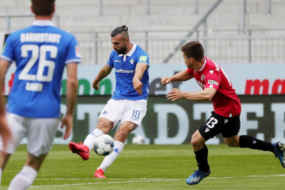 Wenig später schlägt es im 96-Kasten ein! Serdar Dursun (M.) trifft zum 1:0 für Darmstadt.