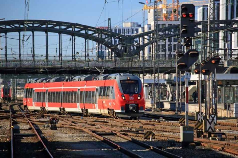 Irrer schleudert Feuerlöscher von Brücke auf fahrende S-Bahn