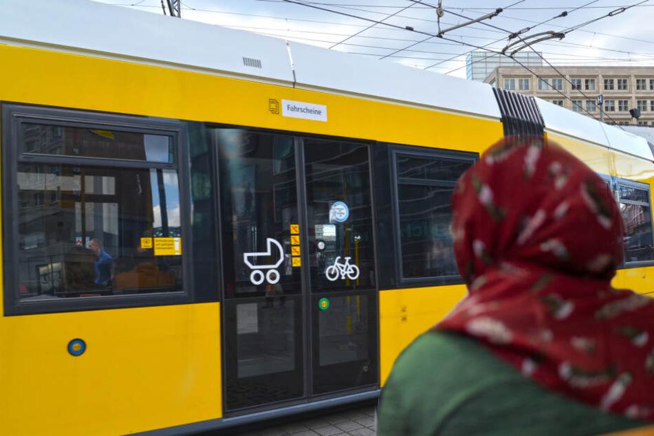 Wegen ihres Kopftuchs soll eine Frau in einer Bahn der Tramlinie M4 angefeindet worden sein. (Bildcollage)