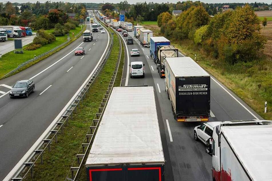 A14 dicht! Brummi schiebt Wohnwagen an Stau-Ende auf Lkw