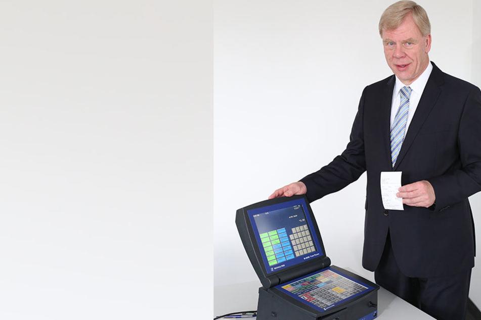 Finanzminister Georg Unland (63, CDU) mit einer typischen digitalen Kasse. Sie sind besonders manipulationsanfällig.