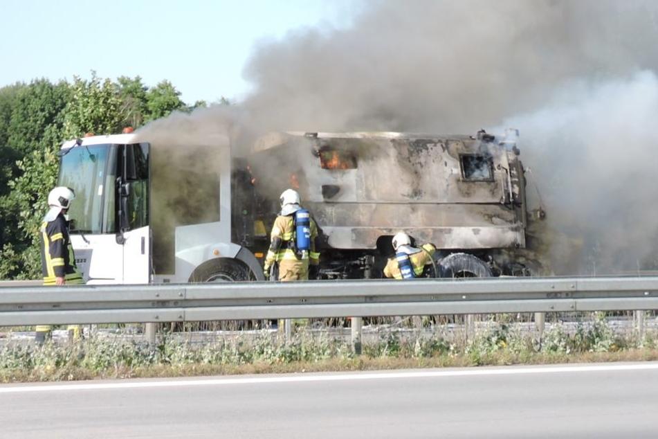 Wegen dieser brennenden Kehrmaschine ist die A14 aktuell in Richtung Leipzig vollgesperrt.