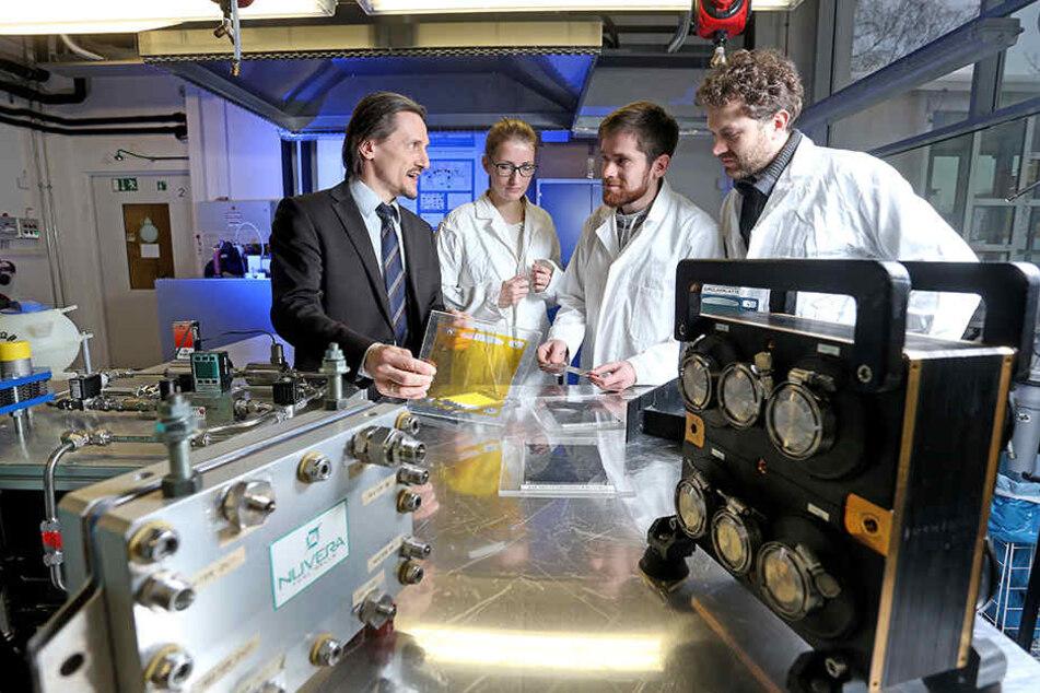 Sie erforschen die Zukunft des Autos: (v.l.) Thomas von Unwerth (49), Kristin Meyer (31), Karl Lötsch (30) und Felix Rudolf (32).