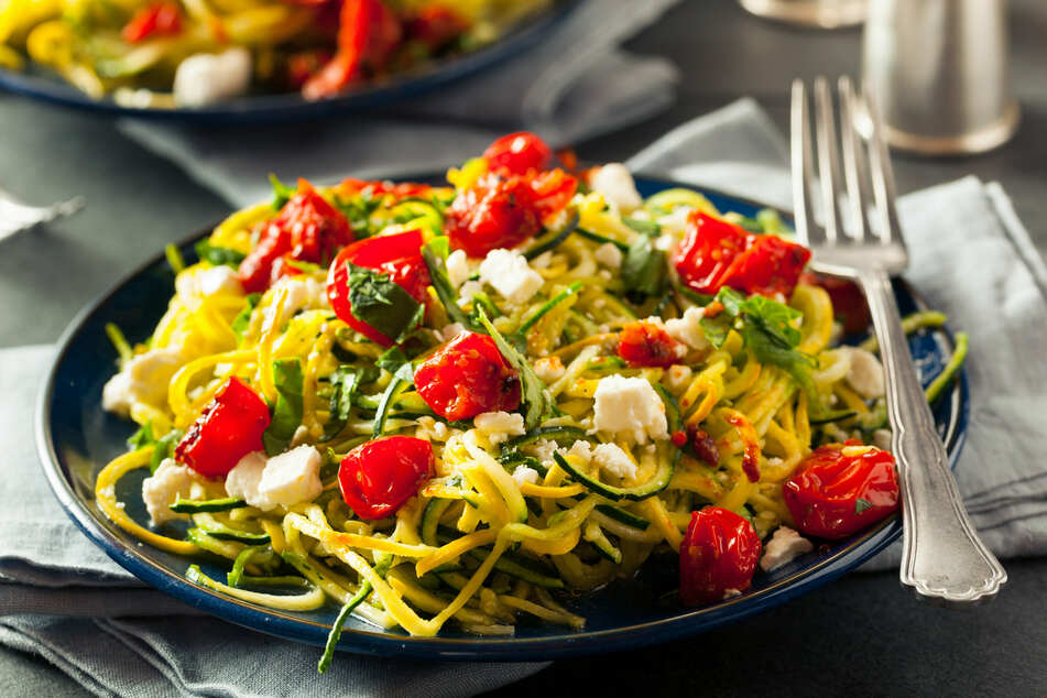 Wer sich nach Low Carb ernährt, für den sind die kohlenhydratarmen Zucchini-Nudeln die ideale Alternative zu Pasta.