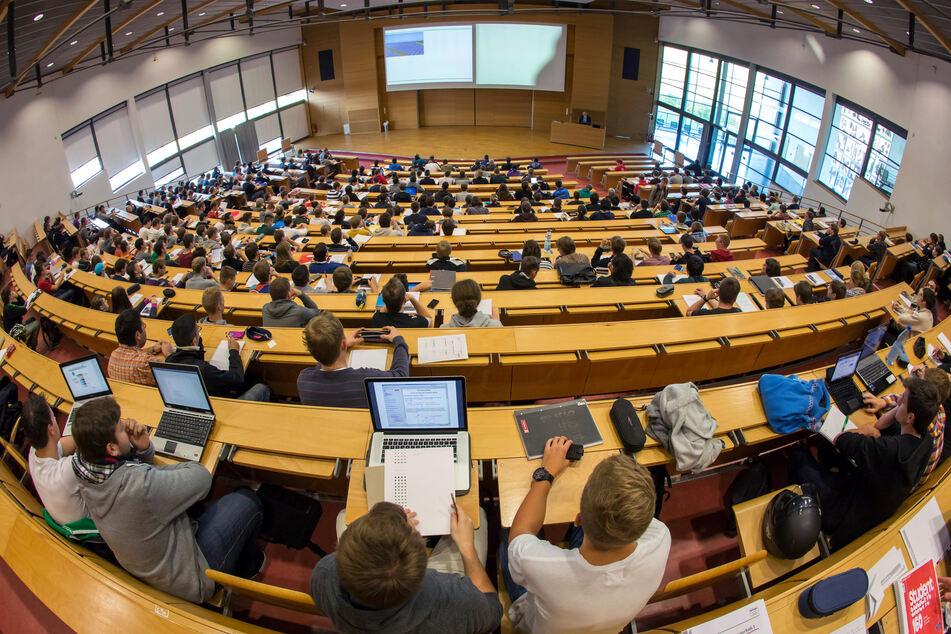 Studenten verfolgen an der Technischen Universität in Ilmenau (Thüringen) eine Vorlesung.