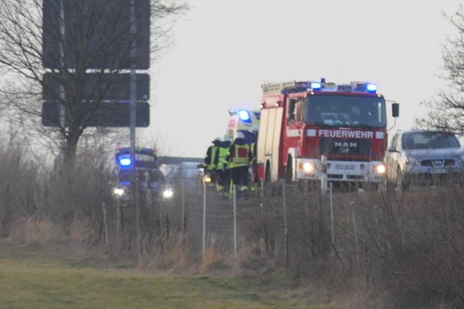 Auto kommt von A14 ab und rauscht auf Feld: Hubschrauber im Einsatz