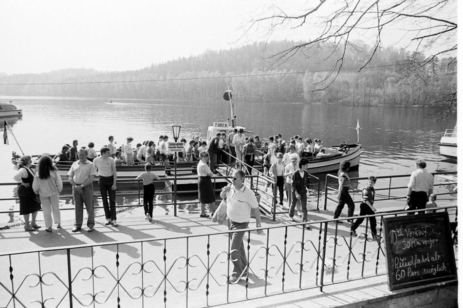 Touristen genießen im Sommer 1988 die Idylle an der Talsperre Kriebstein.