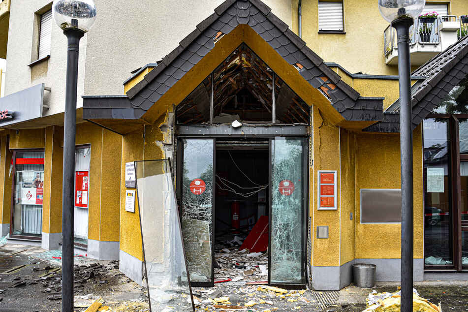Durch die Explosion wurde nicht nur der Geldautomat zerstört, sondern auch der Haupteingang, Fenster sowie die Fassade der Filiale.