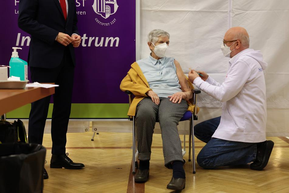 Karin Sievers (84) bekam die erste Impfung in Hamburg.