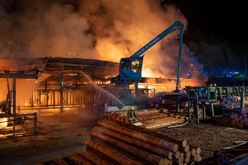 Das Sägewerk bei Olpe brannte in der Nacht zu Mittwoch nieder.