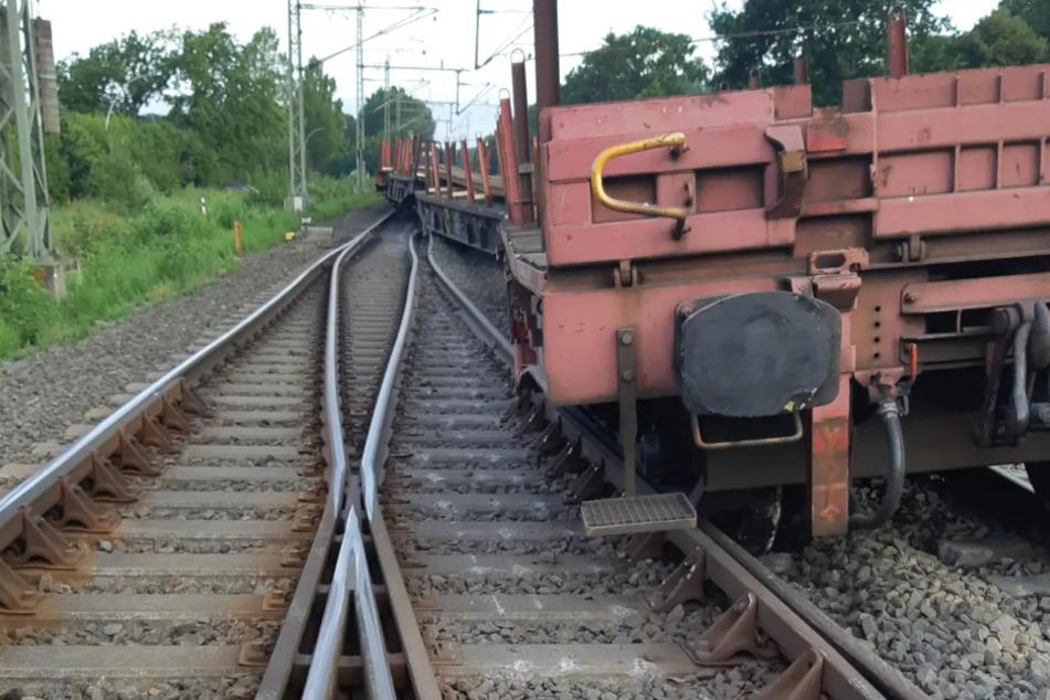 Fahrzeug entgleist: Deutsche Bahn sperrt wichtige Zugstrecke im Norden