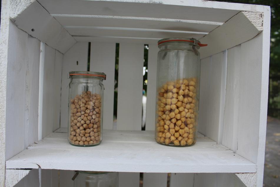 """Getrocknet (l.) kommen die Kichererbsen aus Italien in der Produktionsstätte des """"Hülsenreichs"""" an, werden eingeweicht und dann geröstet."""