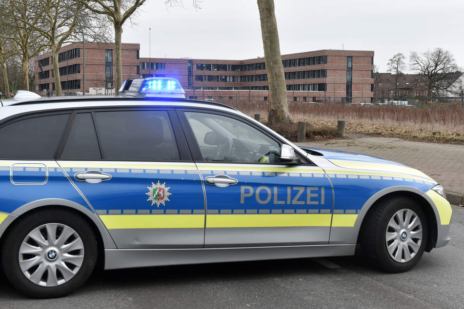 Ein Polizeiauto steht auf einer Straße.