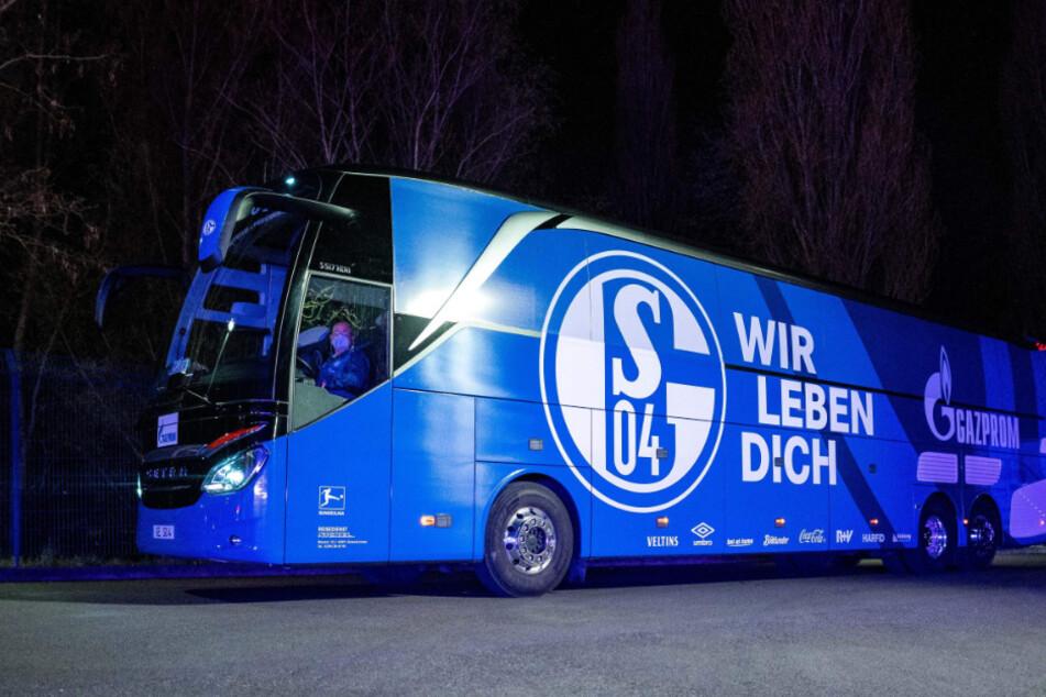 """Kurz nachdem der S04-Bus aus Bielefeld auf Schalke eintraf, kam es zur """"Aussprache"""" mit den """"Fans""""."""