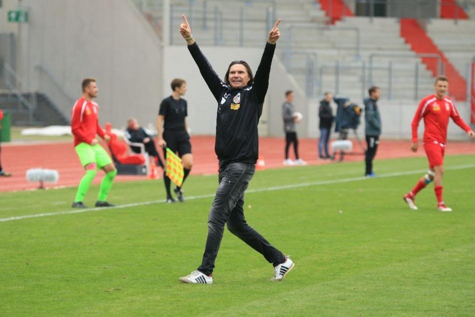 RWE-Coach Thomas Brdaric freut sich über die drei Punkte.