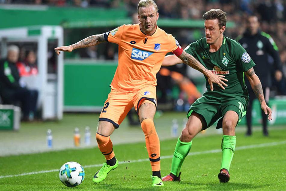 Bremens Max Kruse (l) kämpft gegen Hoffenheims Kevin Vogt um den Ball.