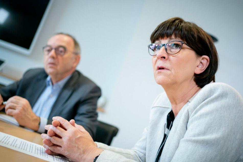 Die Bundesvorsitzende der SPD Norbert Walter-Borjans (r.) und Saskia Esken (l.) bei einem Interview in ihrem Büro im Willy-Brandt-Haus.