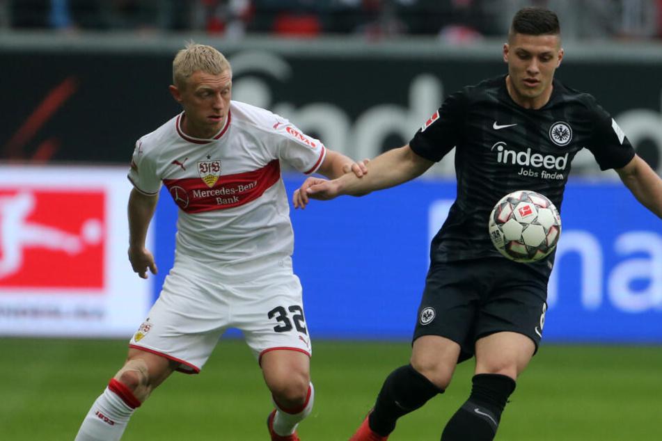 VfB-Rechtsverteidiger Andreas Beck (l.) und Eintracht-Toptorjäger Luka Jovic im Kampf um den Ball.