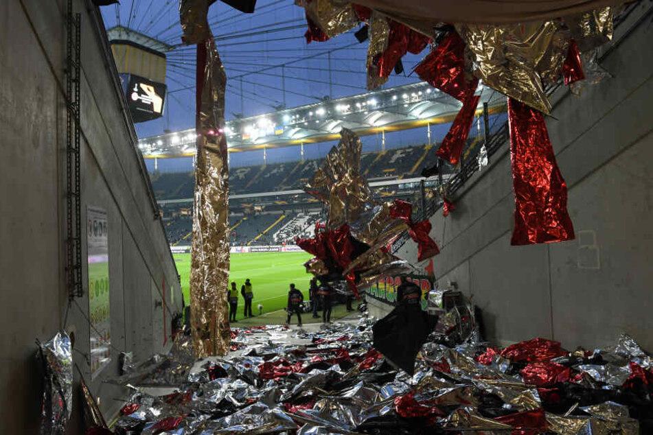 Traurige Randnotiz: Die akribisch vorbereitete Choreographie wurde noch vor Spielbeginn von den Fans über den Haufen geworfen.