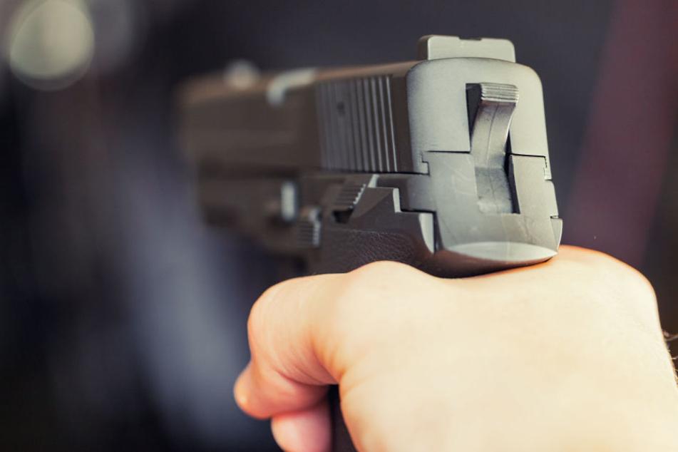 Paar bedroht spielende Kinder mit Messer und zieht dann eine Waffe