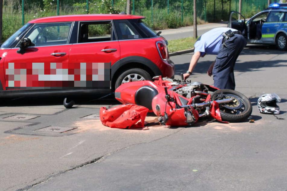 Heftiger Unfall in Leipzig: Motorradfahrer kracht in Mini