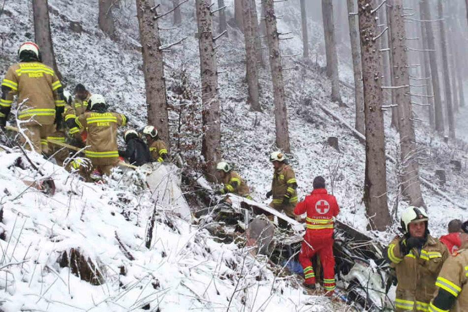 Die Feuerwehr bei der Bergung des Flugzeugwracks bei Zell am See/Österreich.