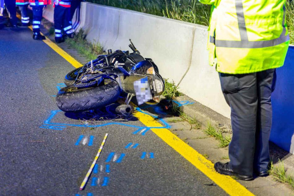 Zunächst fanden die Einsatzkräfte lediglich das verunfallte Motorrad auf.