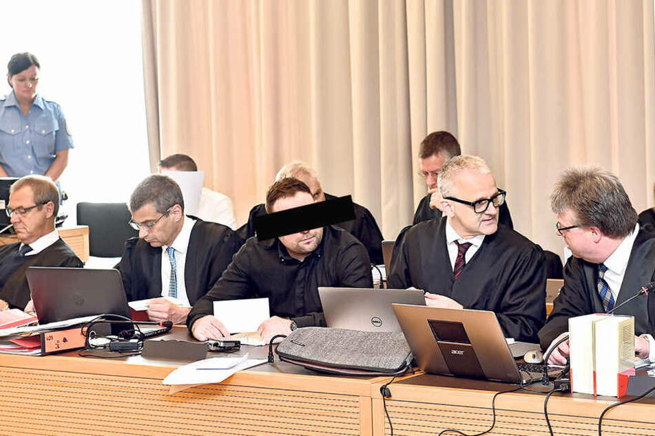 Eine ganze Schar von Anwälten vertritt die angeklagten Polen Grezegorz Z. (35) vor Gericht.