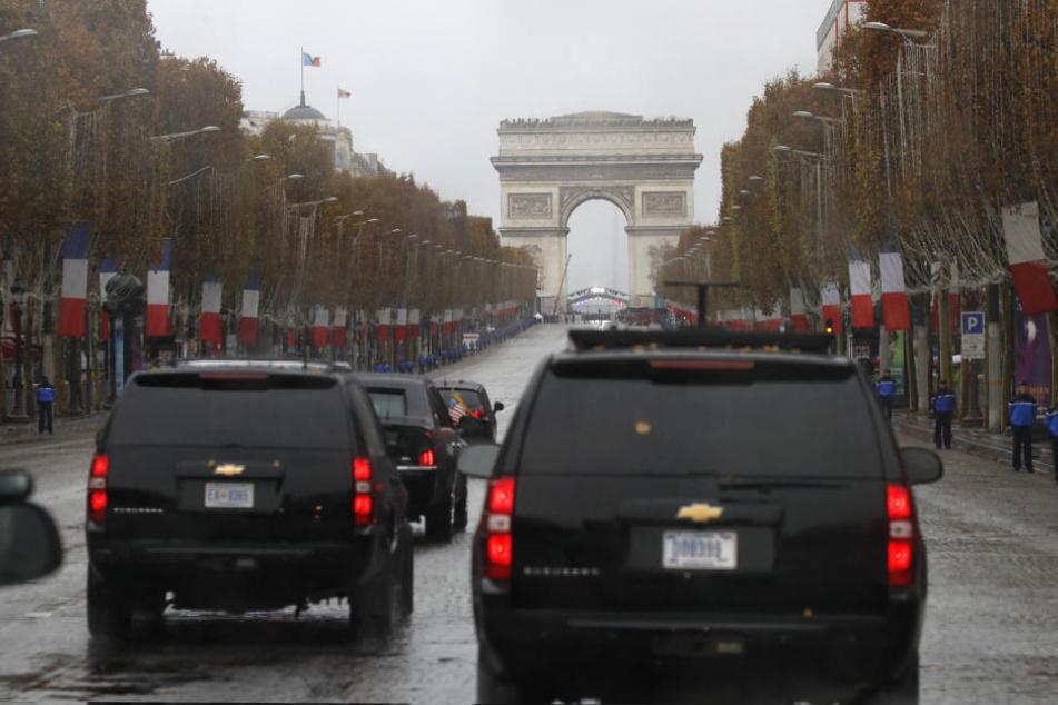 Die Autokolonne von US-Präsident Trump fährt die Champs Elysees hinauf.