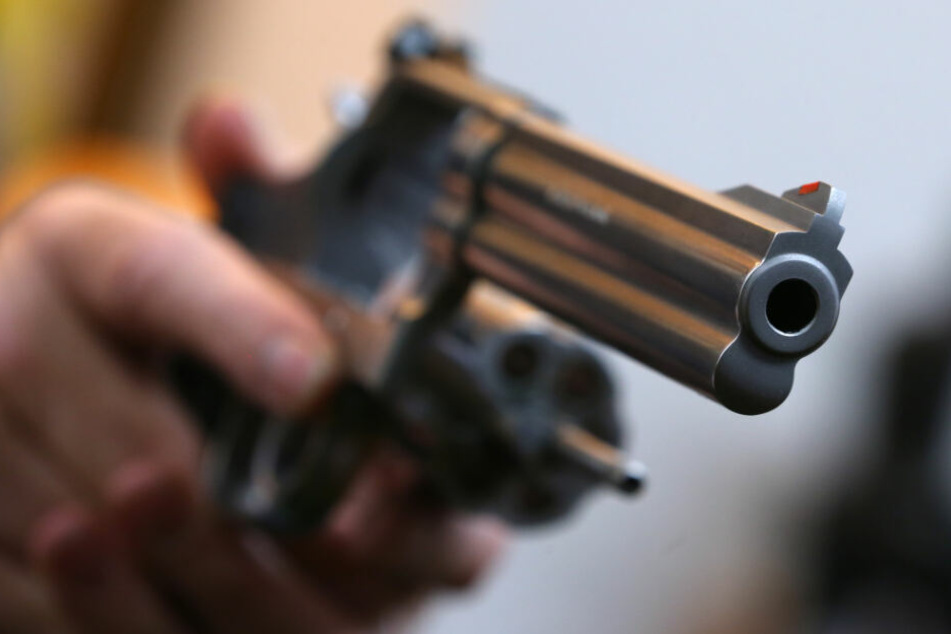 Paar auf Balkon erst beleidigt und dann mit Pistole bedroht