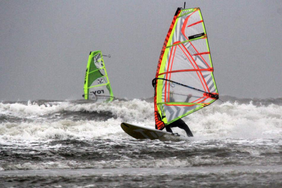 Der Surfer war mit seinem Brett in der Nordsee unterwegs. (Symbolfoto)