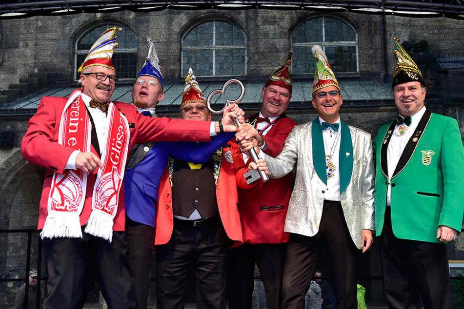 Lasset die Narretei beginnen: die Präsidenten der Chemnitzer Karnevalsvereine mit dem Rathausschlüssel am 11.11.
