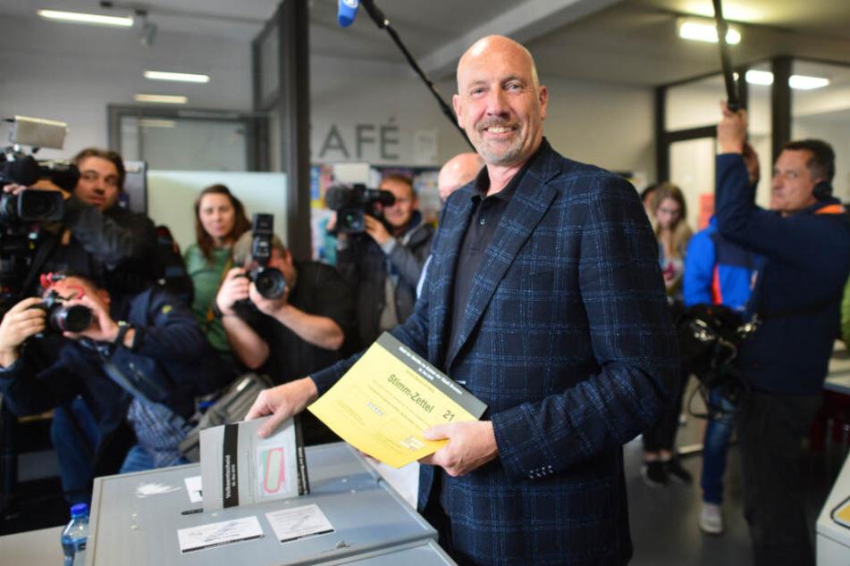 Carsten Meyer-Heder, Spitzenkandidat der CDU in Bremen, wirft seine Stimmzettel in die Wahlurne.