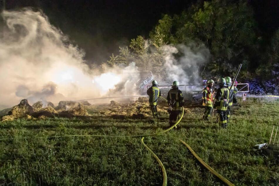Es brannten mehrere Strohballen auf zwei Traktoranhängern.