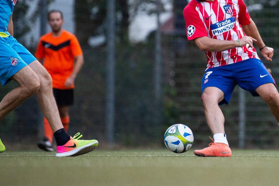 Fußball-Partie läuft aus dem Ruder: Freizeit-Kicker zückt plötzlich ein Messer
