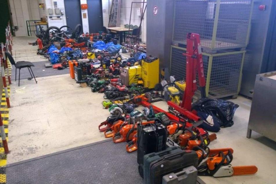 Auf zwei Kleintransportern fand man unter anderem Fahrräder, Motorkettensägen, Akkuschrauber und Werkzeugkästen.
