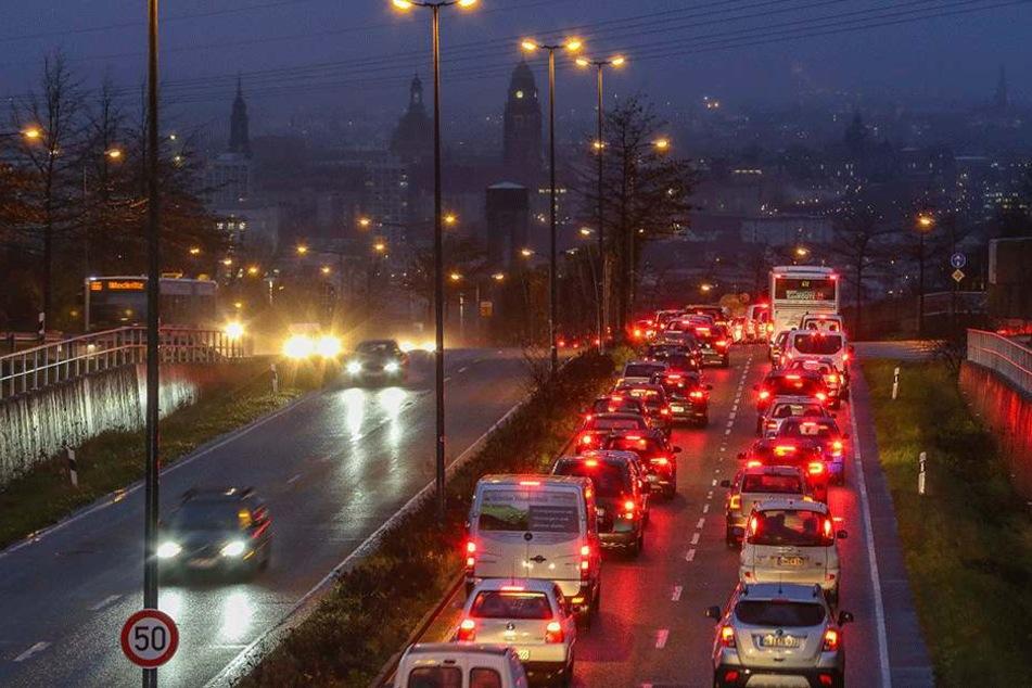 Früh am Morgen wird die Blechkarawane an der Südhöhe in Richtung Innenstadt immer länger.